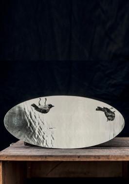 Overturn, 2017, édition de 10 exemplaires et de 2 épreuves d'artiste, grisaille sur miroir en verre antique. © photographe Samy Hart