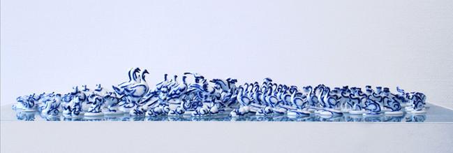 L'océan, 2007, Peinture sur figurines en porcelaine, 15 x 300 cm,