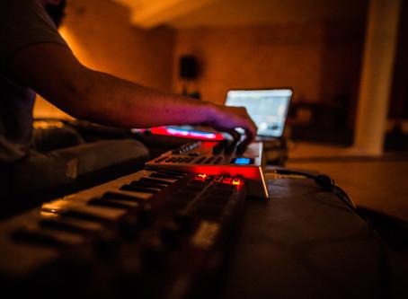 KLANG. WORKSHOP. EINS  Klänge wahrnehmen: ein Einstieg in unser akustisches Bewusstsein mit RICCARDO