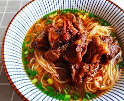 Les Nouilles de bœuf braisé (红烧牛肉面 hóngshāo niúròu miàn)