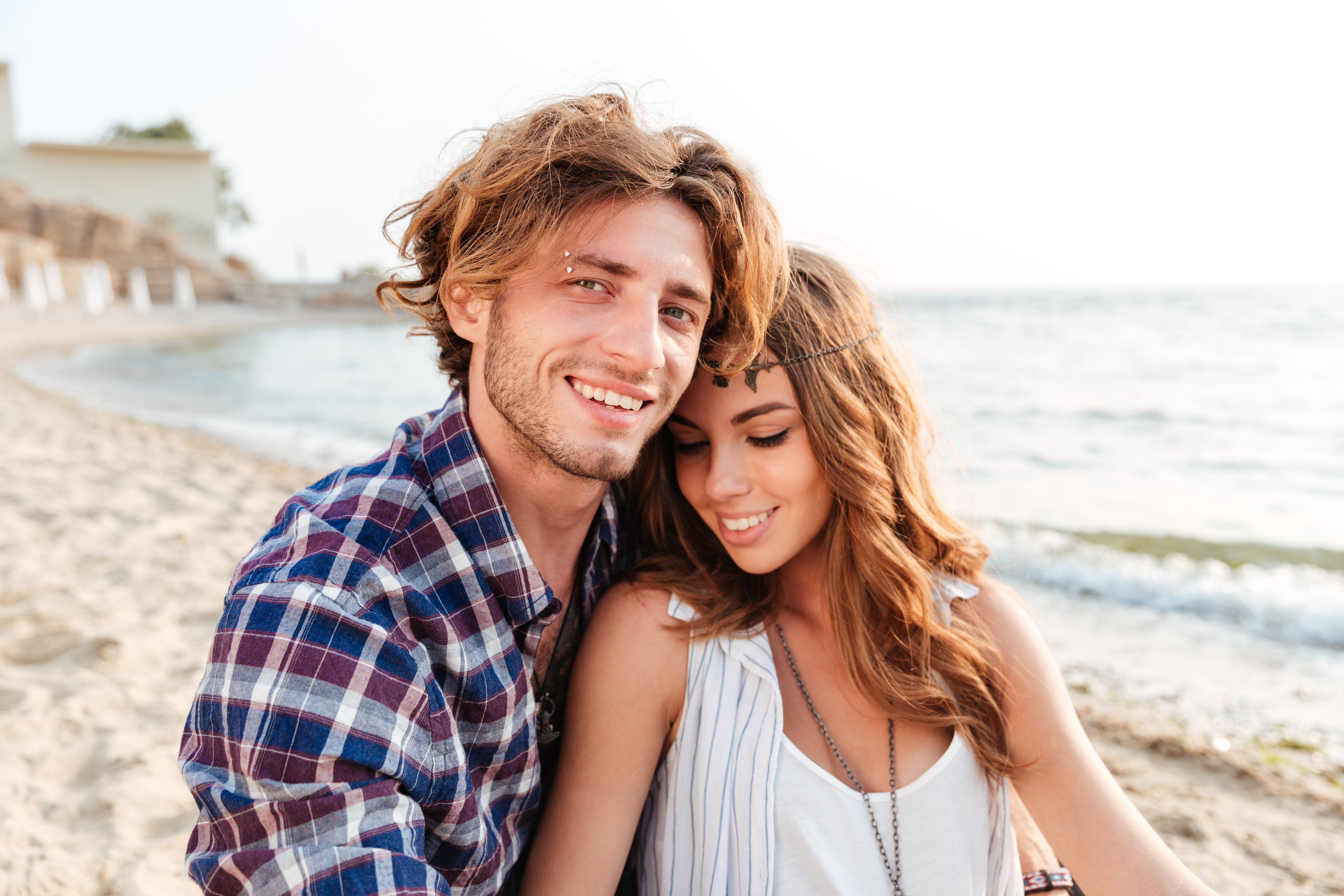 graphicstock-sensual-young-couple-sitting-and-smiling-on-the-beach_BdrQVFtH3x