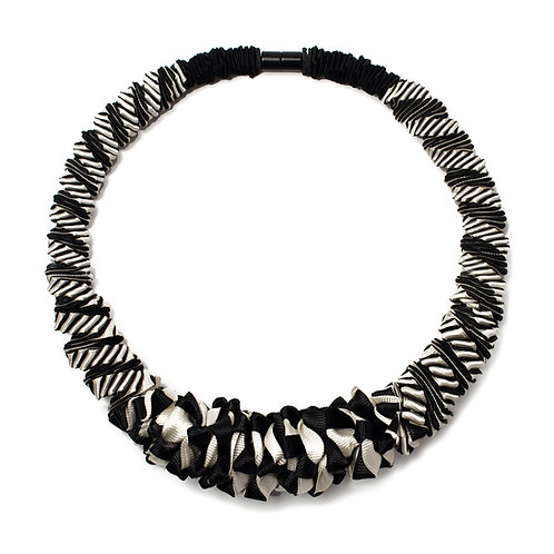 2-Color Black+White necklace 02