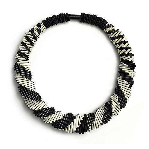 2-Color Black+White necklace 01
