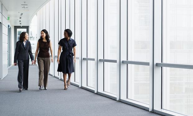 Empresárias andando no corredor