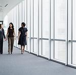 Koridorda yürürken iş kadınları