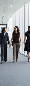 Imprenditrici che camminano nel corridoi