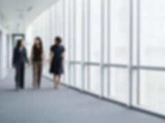 走在走廊的女企業家