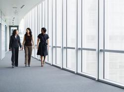 Ondernemers lopen in de hal