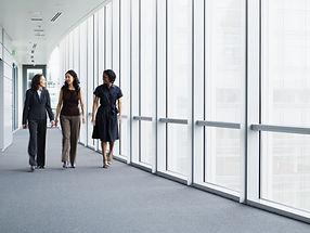 Forretningskvinne går i gangen