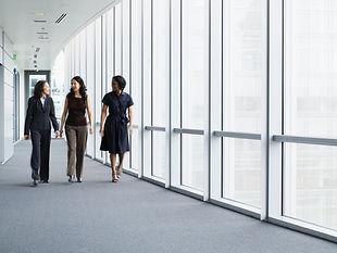 Femmes d'affaires marchant dans le coulo
