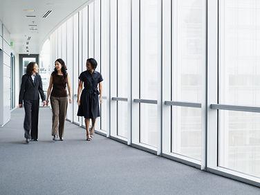 Mujeres empresarias caminando en el pasi