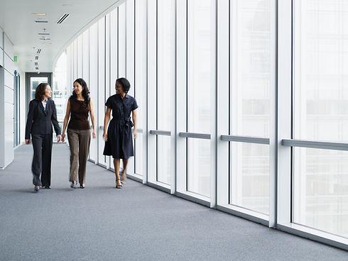 廊下を歩いてビジネスウーマン