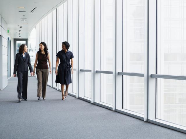 Geschäftsfrauen, die in Flur gehen
