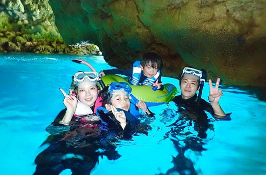 子供と一緒に青の洞窟シュノーケル.jpg
