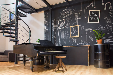 Funkční piáno i dekorace