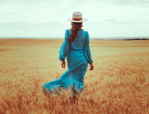 Girls portrait session. Prairies. Vintage dress style. VO IMAGES