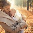 La madre y el bebé en otoño