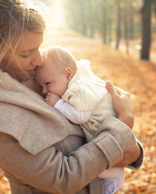 Mutter und Baby im Herbst