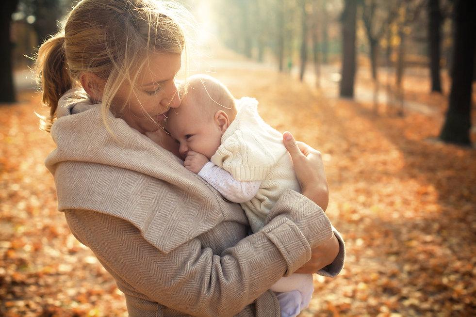 Mãe e bebê no outono