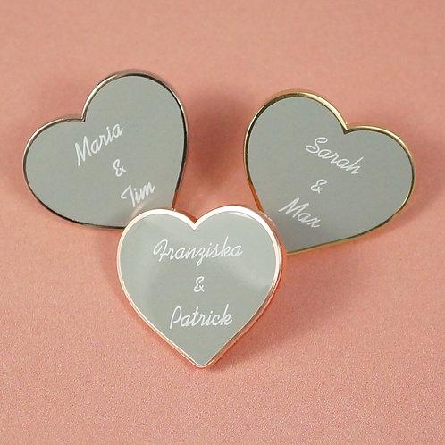 """Hart-Emaille Pin """"Herz"""" mit Namen des Brautpaares"""
