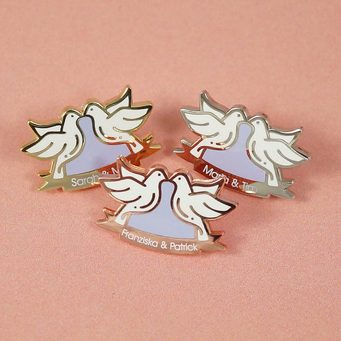 """Hart-Emaille Pin """"Turteltäubchen"""" mit Namen des Brautpaares"""