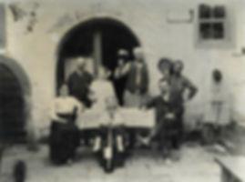Historischer Eingang mit Familie und Wein
