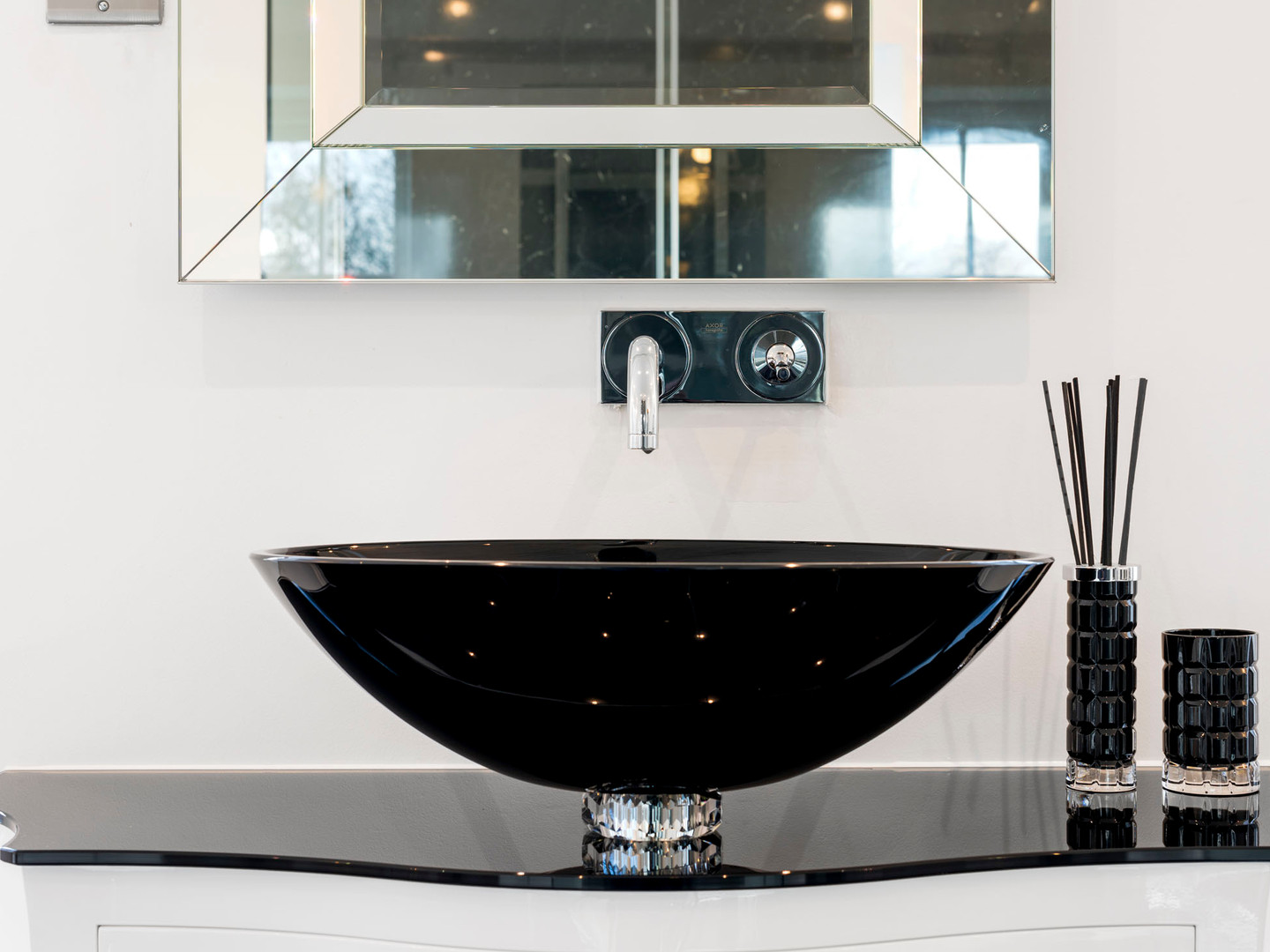 Canto White Gloss Lacquered Unit with 24% Crystal Black Wash Basin