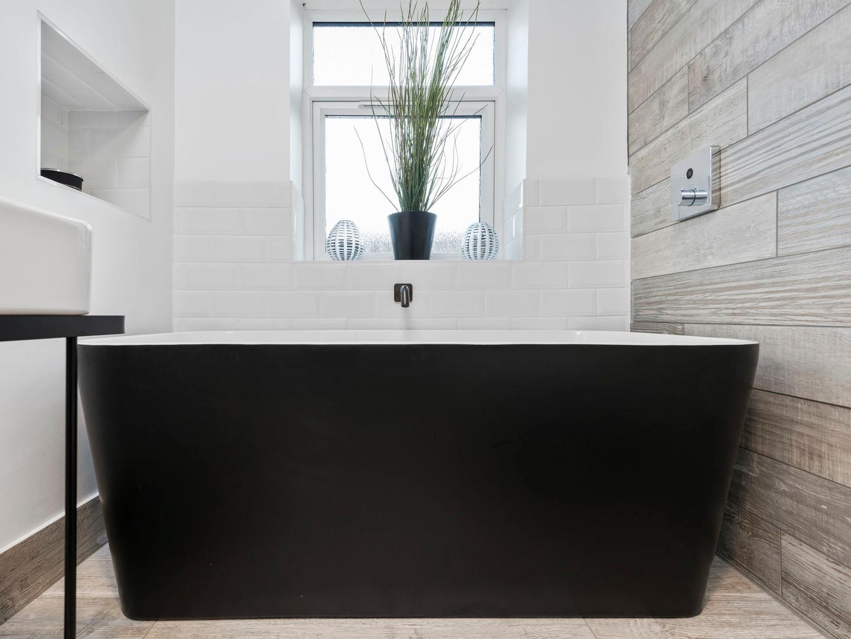 Waters I-Line - 20mm Edge Pool - 1500mm Freestanding Bath in Black