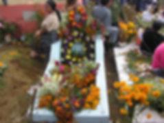 お墓に座る 花