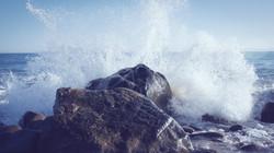 Vågor på klipporna