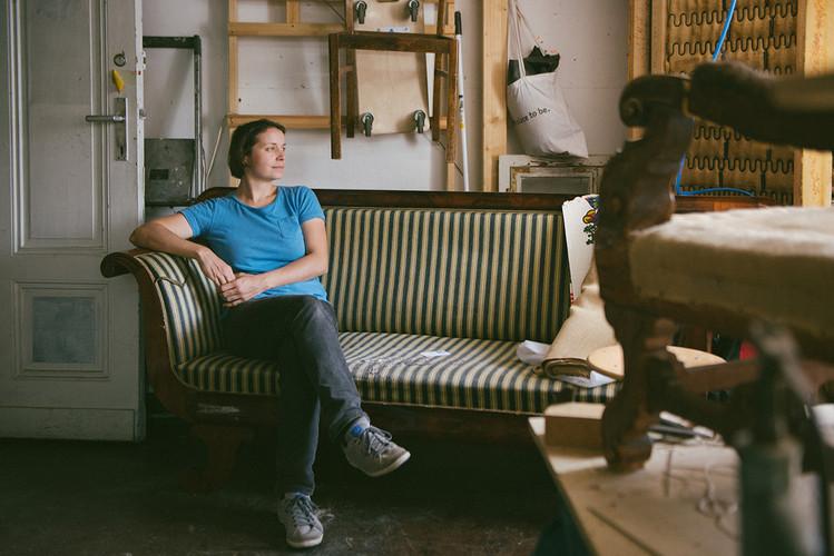 yvonne  auf dem Sofa.jpg