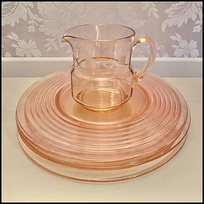 set d'assiettes en verre moulé rose pâle et cruche
