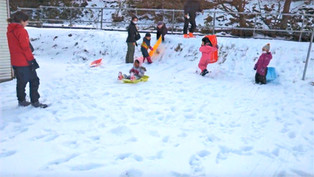 The river bank turns into a sledging ground!/河岸变成了雪橇场!/川の土手はソリ場に変身!