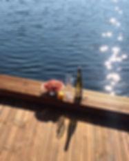 Hvitvin og reker på kaia