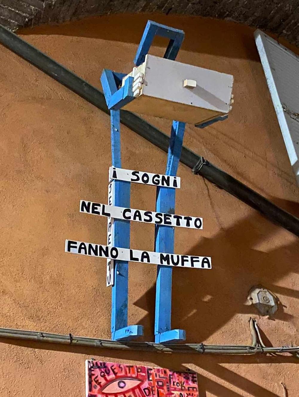 Street art in Via della Viola, Perugia, Umbria. I sogni nel cassetto fanno la muffa