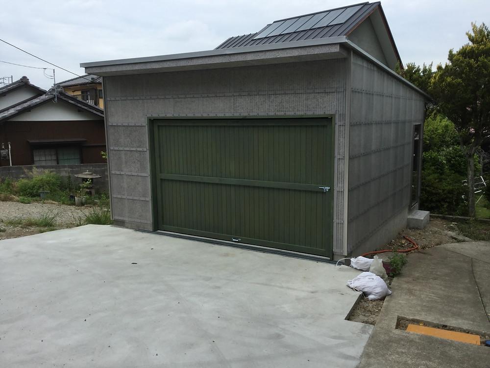 緑のガレージドア アトリエトート 葉山のガレージ 安田智紀