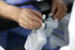 A la console, chirurgie robotique