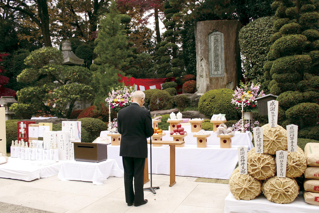 解脱金剛頌徳碑前で慶讃文を奏上
