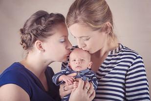 Entzückendes Neugeborenenshooting
