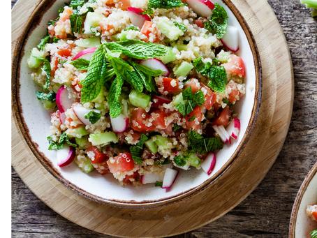 Salade de quinoa, tomates, concombre aux herbes fraiches