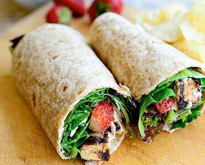 Wrap aux fraises, roquette et fromage de chèvre