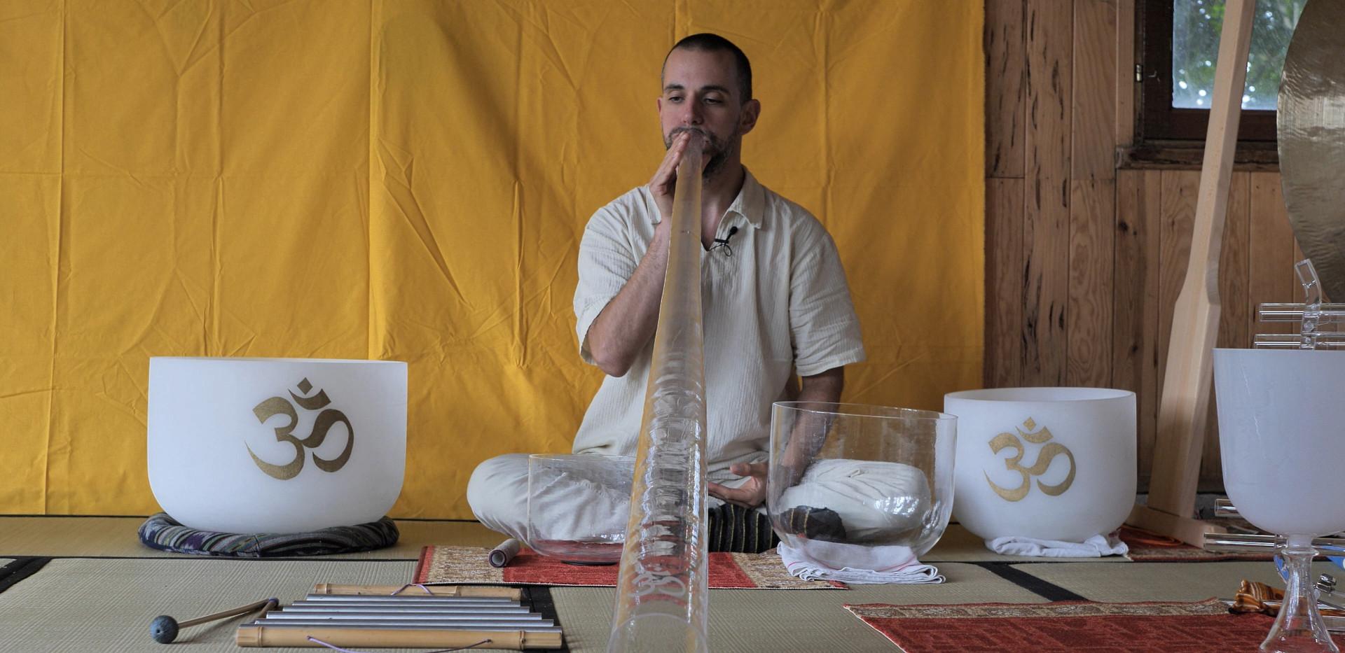 Didgeridoo et bols en cristal