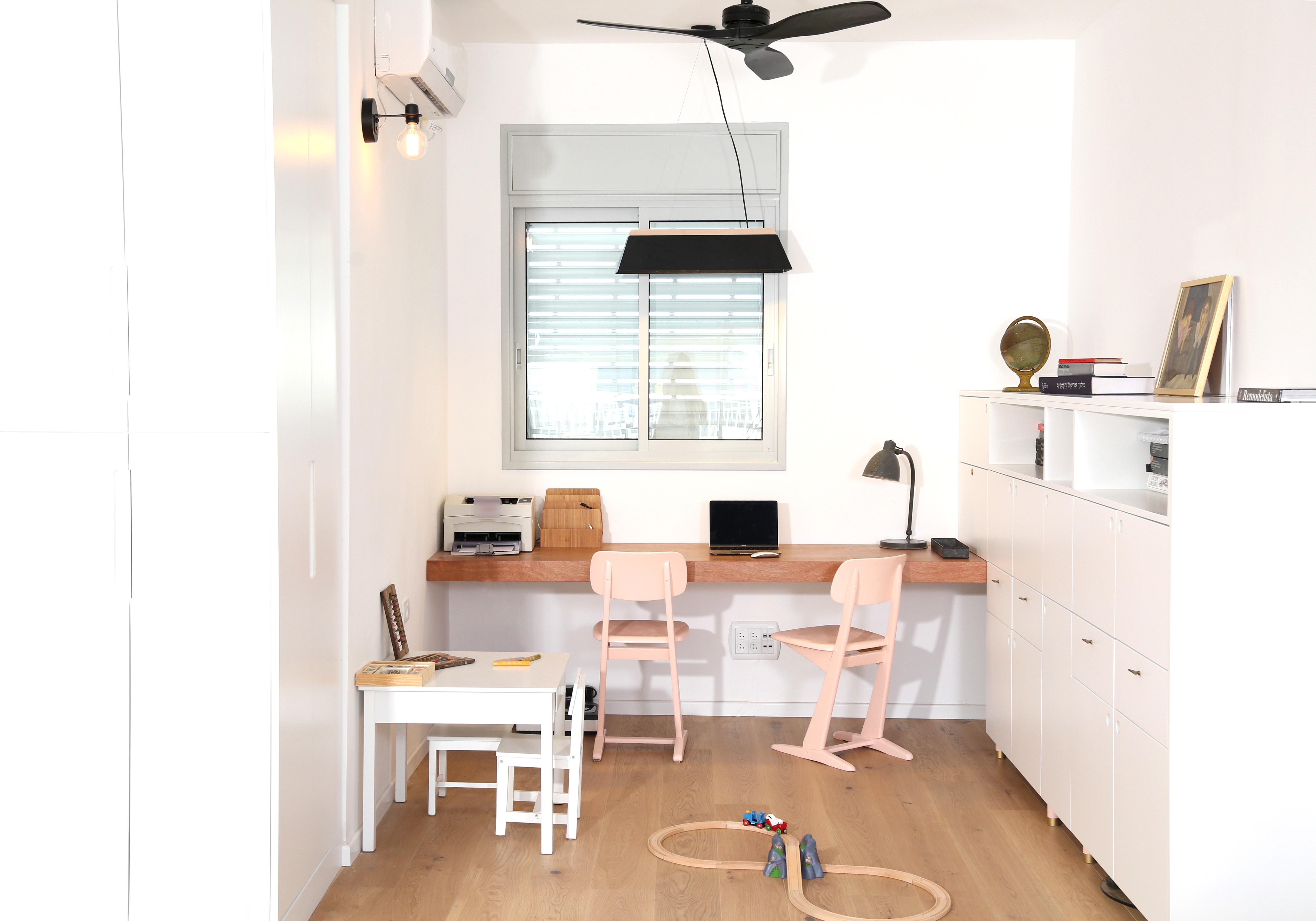 חלל העבודה מכיל גם שולחן עבודה לילד