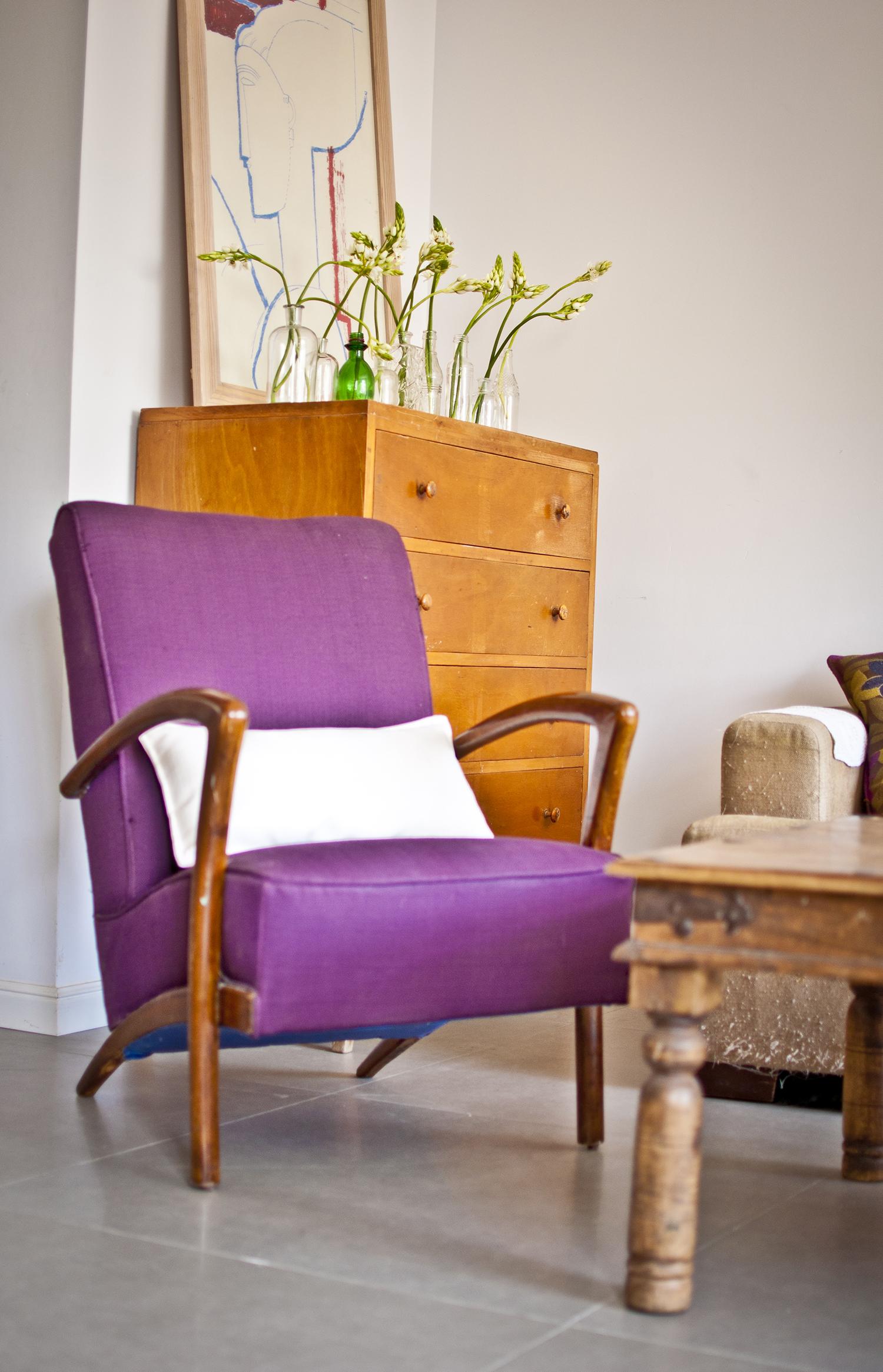 כורסא וינטג' סגולה בסלון