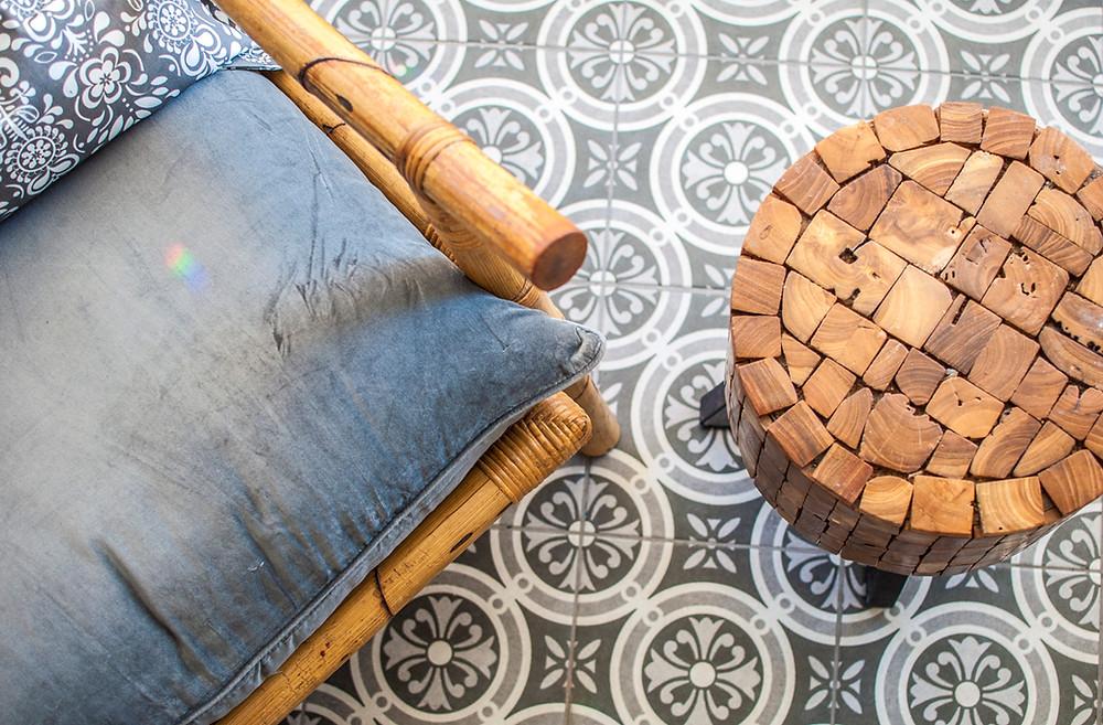 זום על פינת כיסא כחול ושולחן קטנטן מעץ