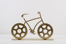 אופניים מוזהבים על בסיס
