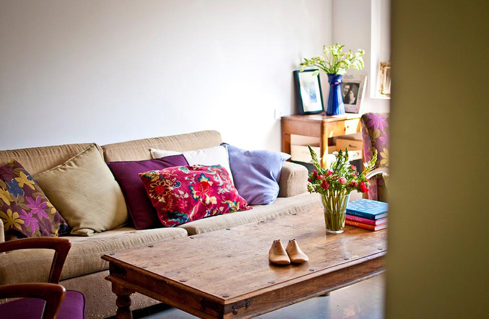 סלון מעוצב עם צבעי סגול ופוקסיה