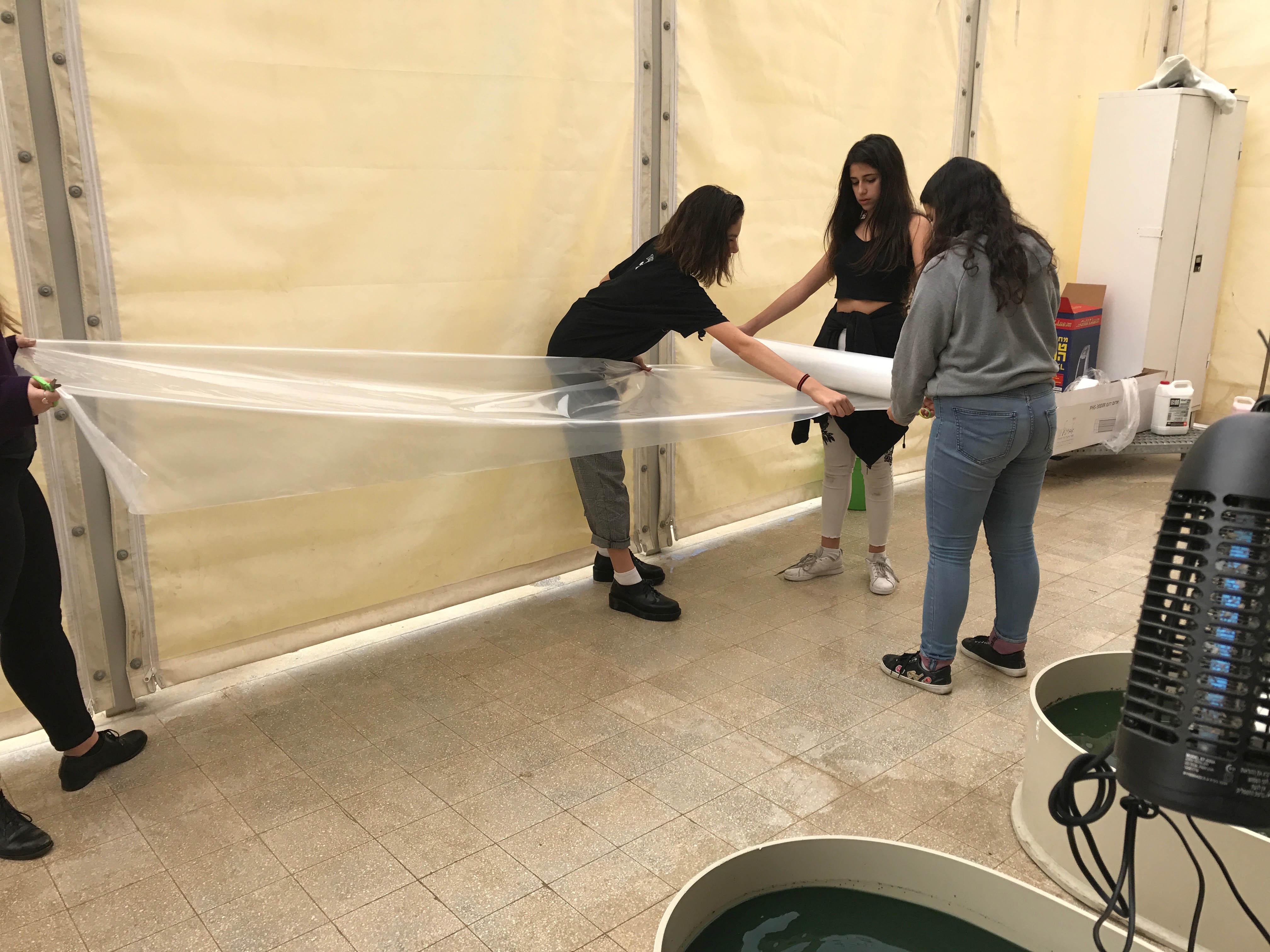 Students spreading polytilane 2