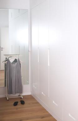 חדר הארונות הצפוף המקורי שנפתח והפך לארון ארוך מואר ומרווח