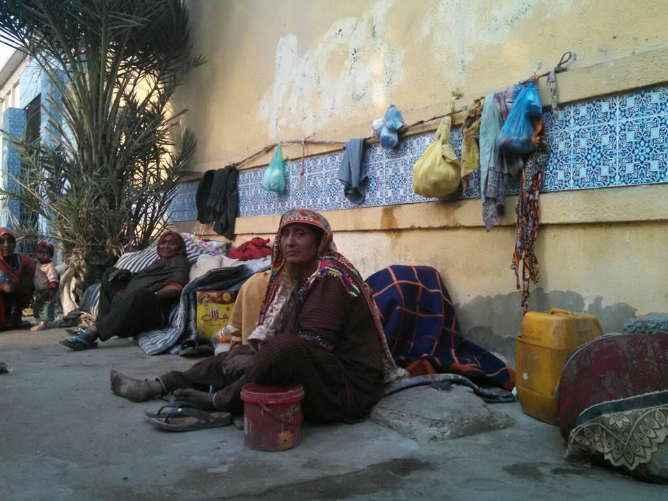 پورے دن کی محنت کے بعد شام کے وقت یہ خاندان اپنی جگہ پر آکرآرام کر رہے ہیں